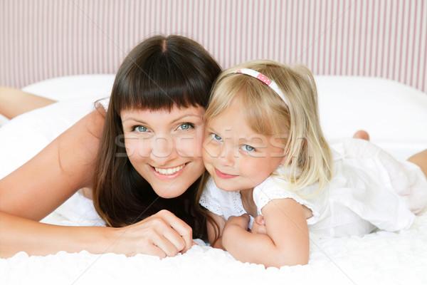 Mãe filha posando alegremente cama raso Foto stock © hannamonika