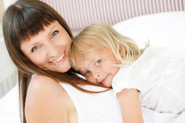 Madre hija posando felizmente cama superficial Foto stock © hannamonika
