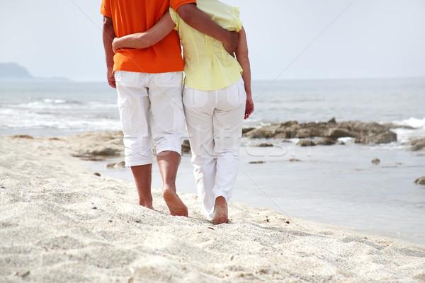 Belle maturité couple marche plage femme Photo stock © hannamonika