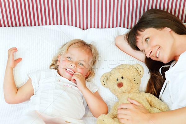 Mãe filha posando alegremente cama sorridente Foto stock © hannamonika