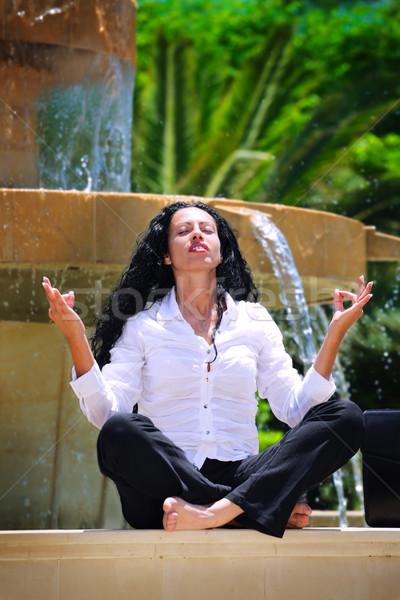 Mooie zakenvrouw oefenen yoga buitenshuis mediteren Stockfoto © hannamonika