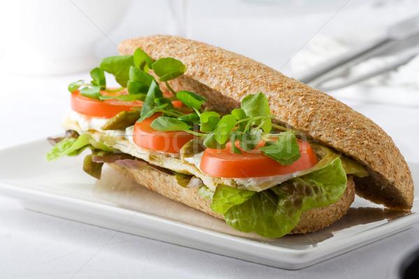Teljeskiőrlésű búza szendvics paradicsom spárga kecskesajt saláta Stock fotó © hansgeel