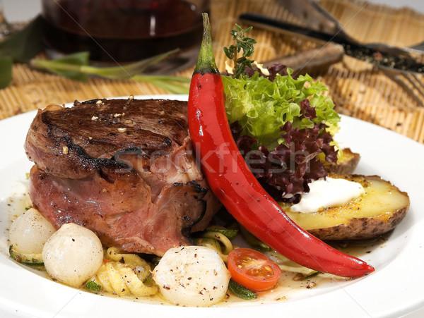 Befsztyk grillowany cebula sałata żywności wina Zdjęcia stock © hanusst