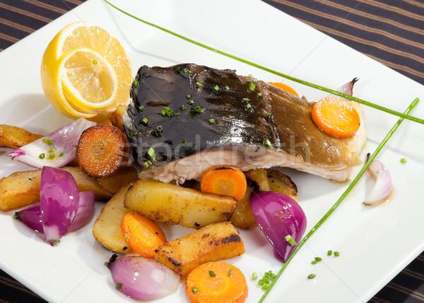 Gegrild karper plantaardige garnering voedsel vis Stockfoto © hanusst