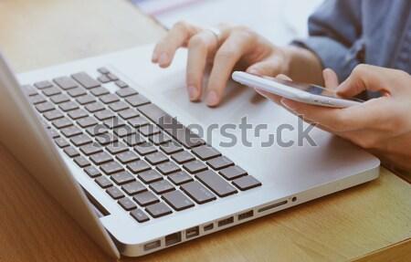 Handen creditcard met behulp van laptop online online winkelen Stockfoto © happydancing