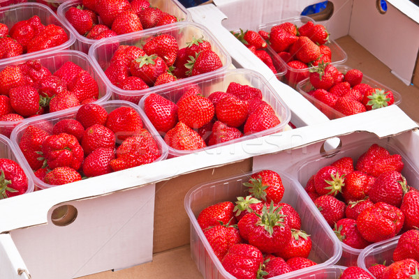 Fraîches fraises marché cases alimentaire rouge Photo stock © haraldmuc