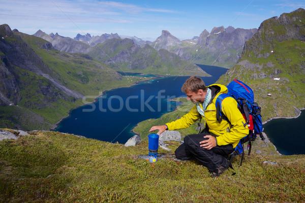 Montanhismo jovem ativo homem mochila caminhadas Foto stock © Harlekino