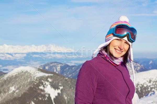 Glimlachend meisje winter bergen aantrekkelijk jonge vrouw Stockfoto © Harlekino