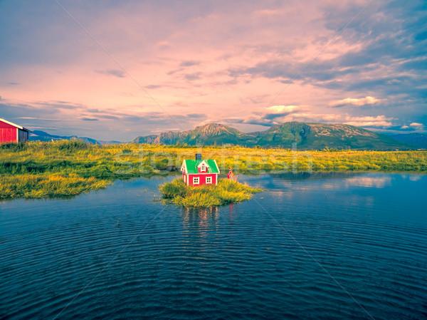 Klein huis eiland romantische miniatuur Rood Stockfoto © Harlekino