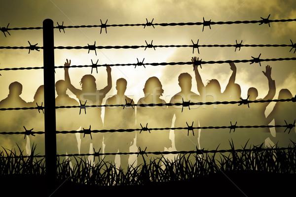 Dikenli tel insanlar arkasında savaş tel ücretsiz Stok fotoğraf © Hasenonkel