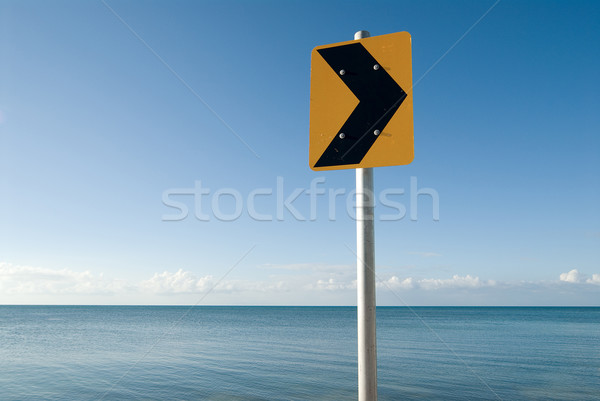 Geel verkeersbord zee heldere straat teken richting Stockfoto © HerrBullermann