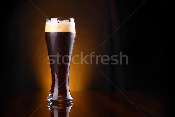 Glas donkere bier lang Geel reflectie Stockfoto © hiddenhallow