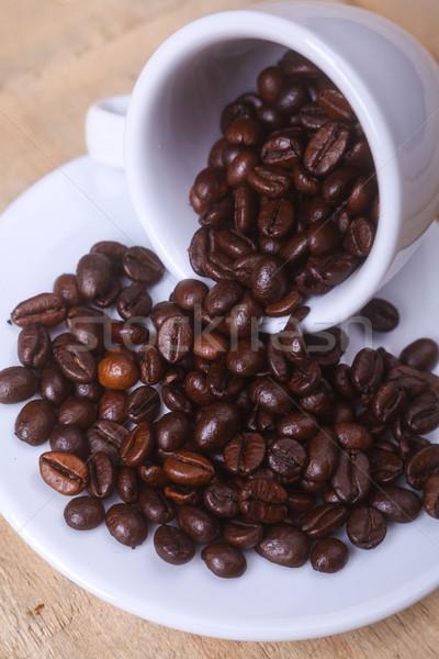 Grains de café soucoupe sur faible espresso Photo stock © hiddenhallow