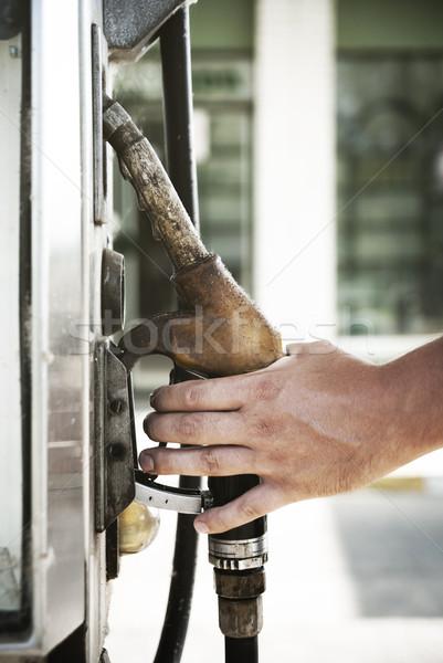 Benzinpumpa férfi kéz tart üzlet zöld Stock fotó © hitdelight