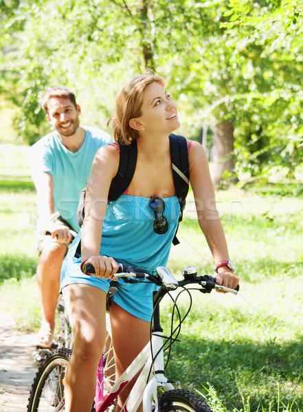 Jeunes heureux couple équitation vélo jeune homme Photo stock © hitdelight