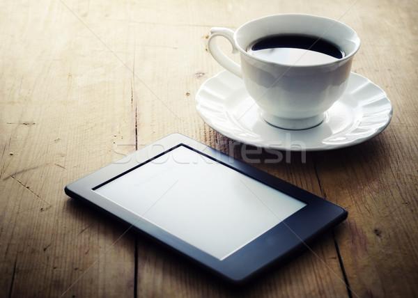 Ebook czytelnik kawy filiżankę kawy drewniany stół żywności Zdjęcia stock © hitdelight