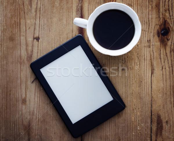 Livre électronique lecteur café tasse de café table en bois alimentaire Photo stock © hitdelight