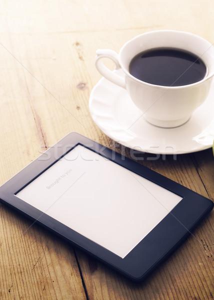 Ebook czytelnik kawy filiżankę kawy rano świetle Zdjęcia stock © hitdelight
