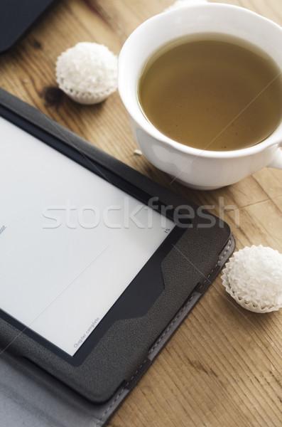 Ebook lector té taza de té mesa de madera ordenador Foto stock © hitdelight