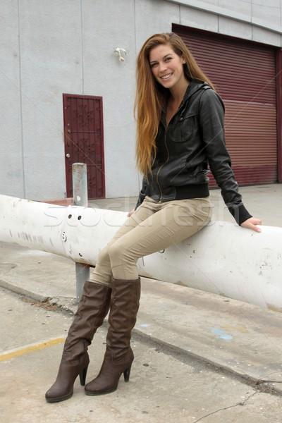 Kobieta parking posiedzenia uśmiechnięty uśmiech model Zdjęcia stock © hlehnerer