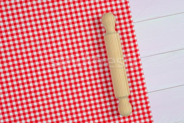 geschirr rot handtuch wei holz k chentisch. Black Bedroom Furniture Sets. Home Design Ideas