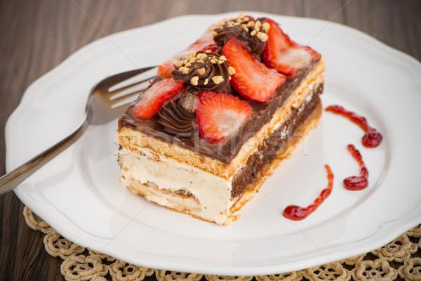 Chocolat gâteau aux fraises blanche plaque table en bois alimentaire Photo stock © homydesign