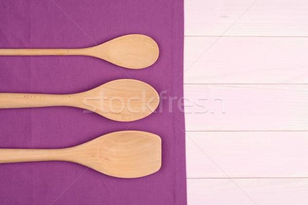 廚具 紫色 毛巾 木 廚房的桌子 商業照片 © homydesign