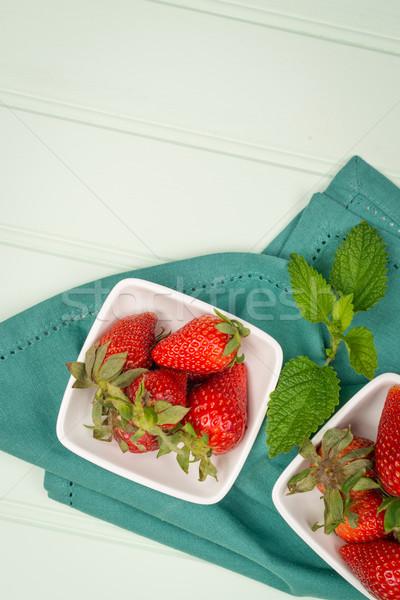Iştah açıcı çilek çanak ahşap meyve tablo Stok fotoğraf © homydesign