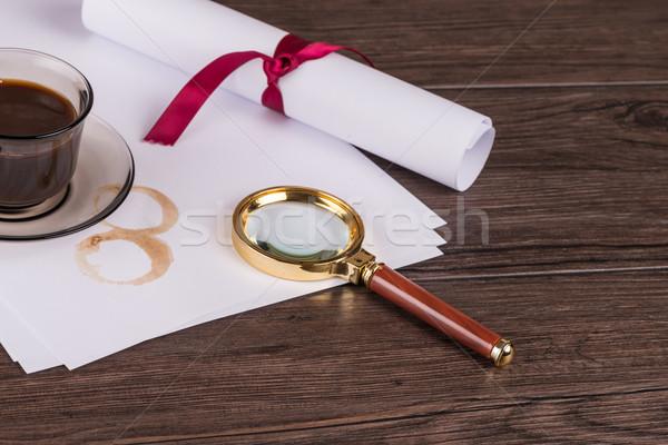 Koffiekopje papier detective vergrootglas oude houten tafel Stockfoto © homydesign