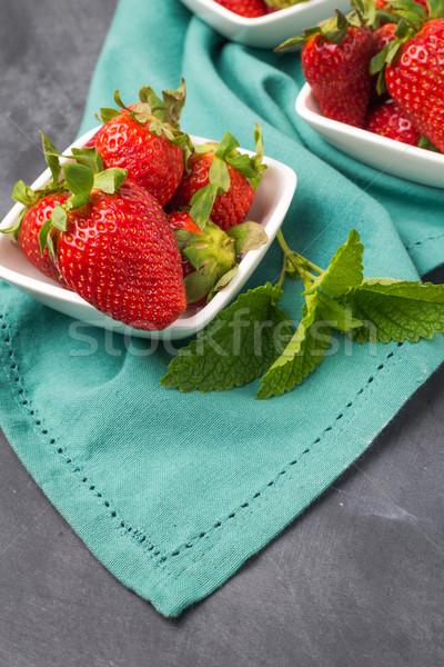 Appétissant fraise bol noir table haut Photo stock © homydesign