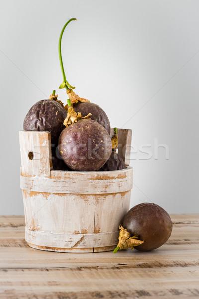 Paixão frutas mesa de madeira folhas textura comida Foto stock © homydesign
