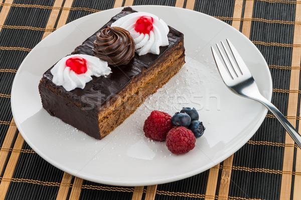 Peça bolo de chocolate branco prato fruto Foto stock © homydesign