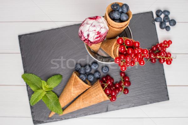 Berry cornet de crème glacée rouge fruits table en bois alimentaire Photo stock © homydesign