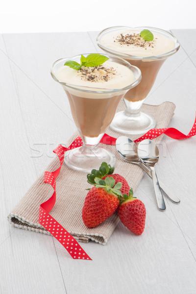 Csokoládé hab eprek fa asztal étel étterem zöld Stock fotó © homydesign