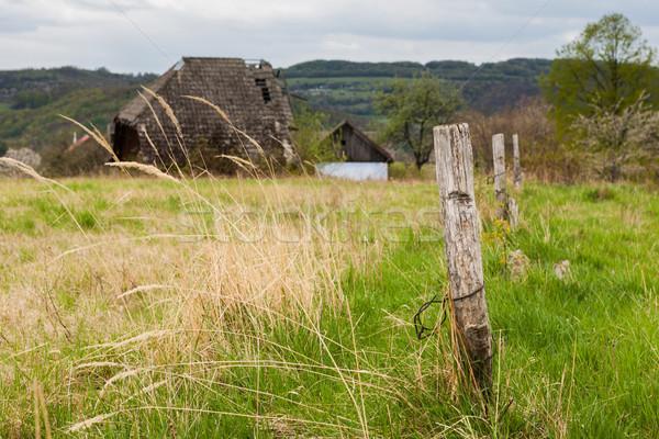 Elhagyatott farm ház vidéki táj helyi égbolt Stock fotó © hraska