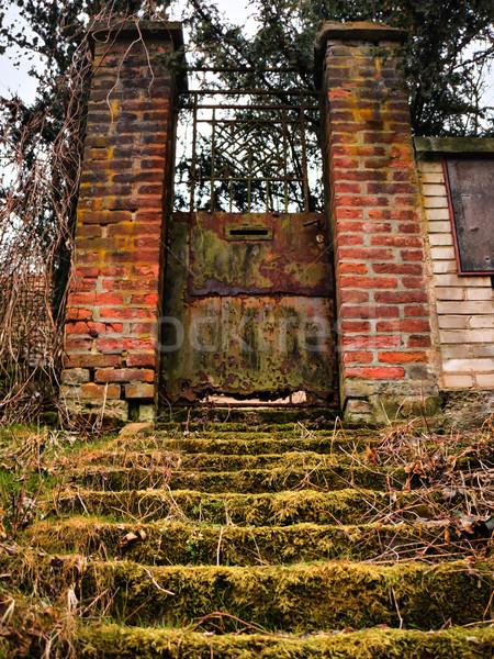 öreg rozsdás kapu grunge vasaló téglafal Stock fotó © hraska