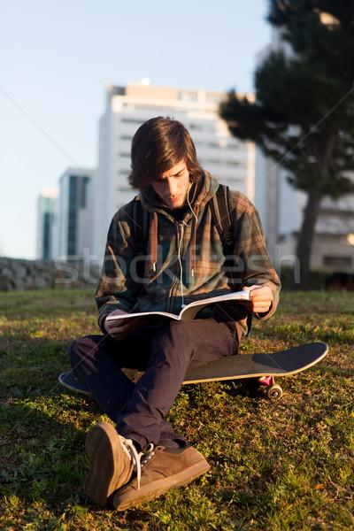 Băiat relaxare oraş parc apus cer Imagine de stoc © hsfelix