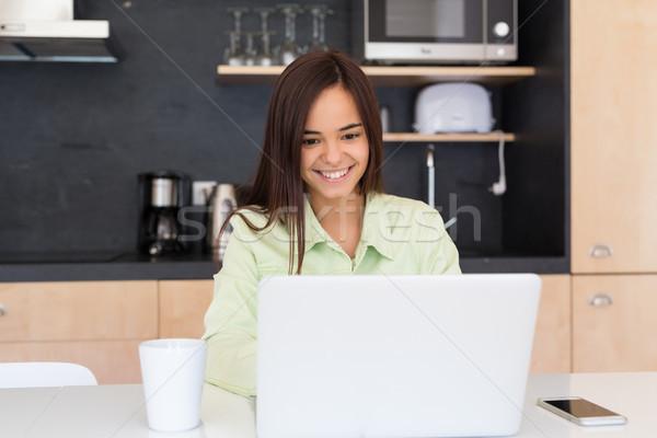 Foto stock: Aqui · mulher · jovem · trabalhando · casa · manhã · casa
