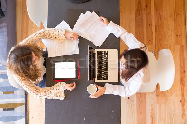 Aici frumos femeile tinere acasă studiu final Imagine de stoc © hsfelix