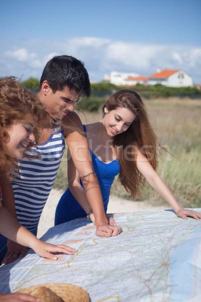Szczęśliwy grupy znajomych kobieta niebo Zdjęcia stock © hsfelix
