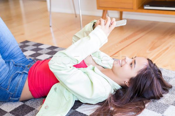 Goedemorgen controleren sociale netwerken vrouw ontspannen woonkamer Stockfoto © hsfelix