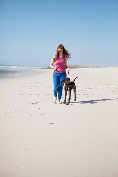 ストックフォト: 女性 · 美しい · 若い女性 · ビーチ · 犬 · 空