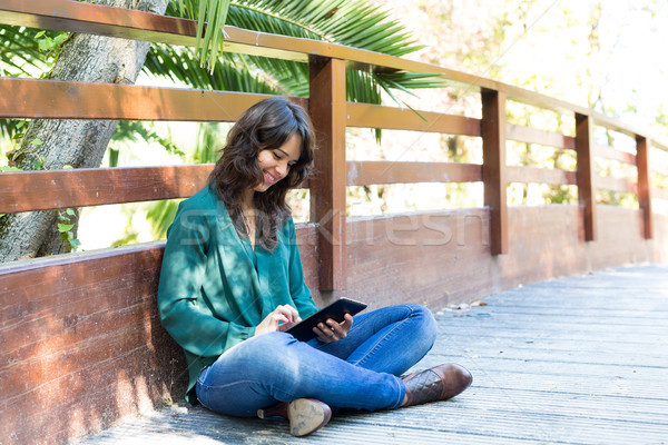 Nap el fiatal nő megnyugtató park táblagép Stock fotó © hsfelix