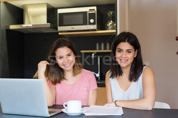 Stock fotó: Itt · gyönyörű · fiatal · nők · otthon · tanul · végső
