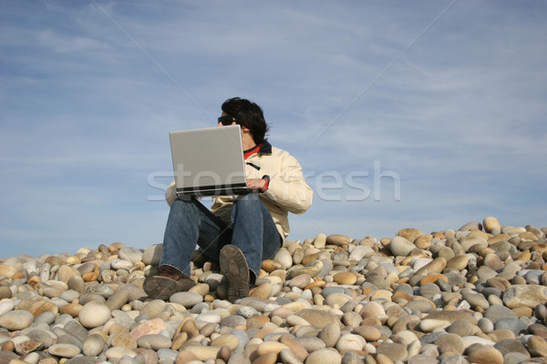 Jovem casual homem laptop praia sorrir Foto stock © hsfelix