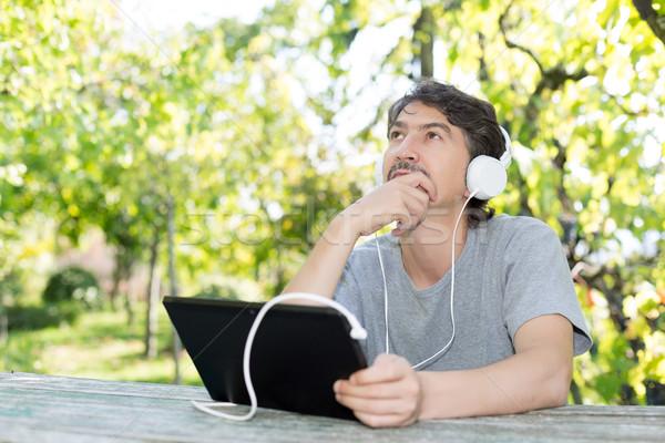 Férfi kert fiatalember megnyugtató táblagép égbolt Stock fotó © hsfelix