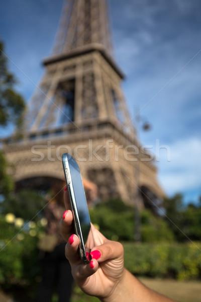 Nő tanácsadás okostelefon Eiffel-torony számítógép kéz Stock fotó © hsfelix