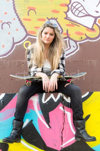 Gyönyörű gördeszkás divat életstílus fiatal nő gördeszka Stock fotó © hsfelix
