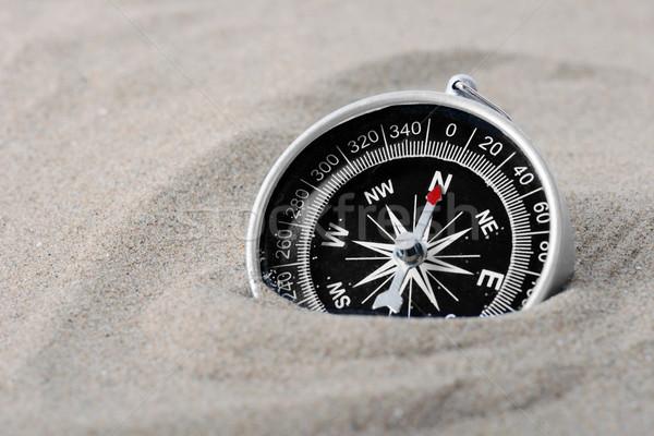 Búsqueda brújula enterrado arena aguja senalando Foto stock © hyrons