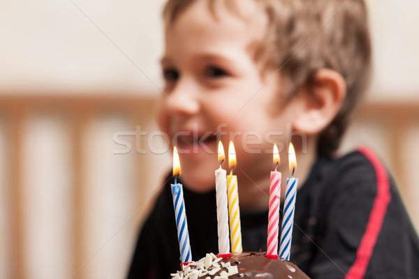Mosolyog gyermek születésnapi torta gyertya kicsi fiú Stock fotó © ia_64